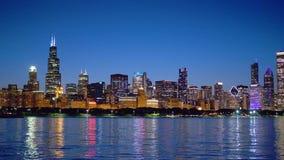 Horizonte de Chicago por vista nocturna del lago Michigan metrajes