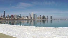 Horizonte de Chicago que refleja en el hielo almacen de metraje de vídeo