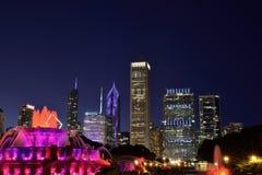 Horizonte de Chicago y fuente de Buckingham en la noche Imagen de archivo libre de regalías