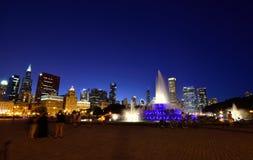 Horizonte de Chicago y fuente de Buckingham en la noche Imagen de archivo