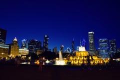 Horizonte de Chicago y fuente de Buckingham en la noche Foto de archivo