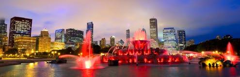Horizonte de Chicago y fuente de Buckingham fotografía de archivo