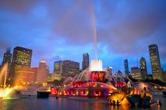 Horizonte de Chicago y fuente de Buckingham fotografía de archivo libre de regalías