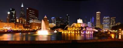 Horizonte de Chicago y fuente de Buckingham en la noche Fotos de archivo