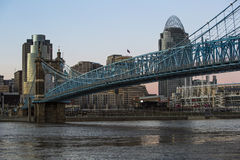 Horizonte de Cincinnati como acercamientos de la puesta del sol Imagenes de archivo