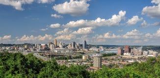 Horizonte de Cincinnati visto del parque de Devou, Covington, Kentucky Imágenes de archivo libres de regalías