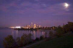 Horizonte de Cleveland con la luna Imagen de archivo libre de regalías