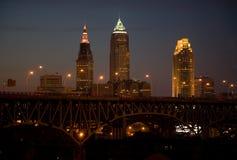 Horizonte de Cleveland en la noche Imagenes de archivo