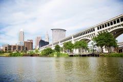 Horizonte de Cleveland, Ohio según lo visto de parque de la herencia Imagenes de archivo