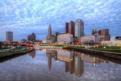 Horizonte de Columbus Ohio de la oscuridad fotos de archivo libres de regalías