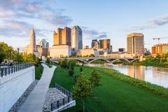 Horizonte de Columbus, Ohio del puente bicentenario del parque en la noche imagenes de archivo