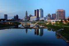Horizonte de Columbus Ohio en la oscuridad Imágenes de archivo libres de regalías