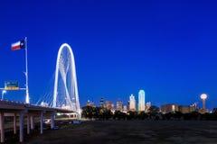 Horizonte de Dallas City en el crepúsculo Imagen de archivo libre de regalías