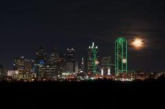 Horizonte de Dallas en la noche Fotos de archivo libres de regalías