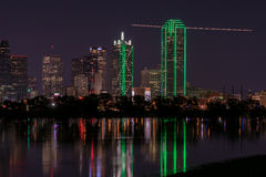 Horizonte de Dallas, Tejas en la noche a través del río Trinity inundado Fotografía de archivo libre de regalías