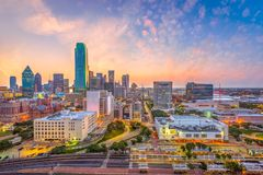 Horizonte de Dallas, Tejas, los E.E.U.U. en el amanecer Fotos de archivo libres de regalías