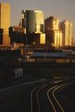 Horizonte de Denver, Colorado en la puesta del sol fotos de archivo
