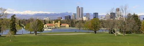 Horizonte de Denver del panorama del parque de la ciudad Imagen de archivo libre de regalías