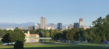 Horizonte de Denver del parque de la ciudad fotos de archivo