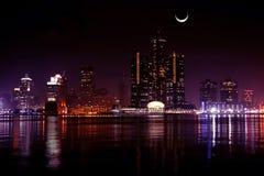Horizonte de Detroit en la noche Fotos de archivo libres de regalías