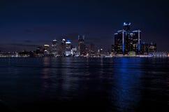 Horizonte de Detroit en la noche, abril de 2015 Imagenes de archivo