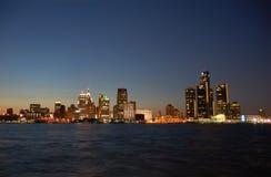 Horizonte de Detroit por noche imagen de archivo libre de regalías