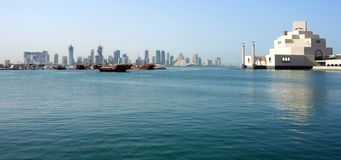 Horizonte de Doha con el museo Foto de archivo
