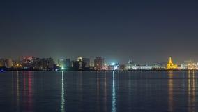Horizonte de Doha con el timelapse de centro cultural islámico en Qatar, Oriente Medio almacen de metraje de vídeo