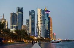 Horizonte de Doha en la hora azul Imágenes de archivo libres de regalías