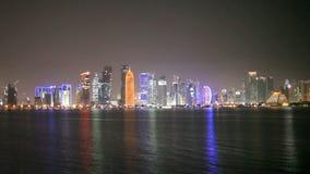 Horizonte de Doha en la noche Imagen de archivo libre de regalías