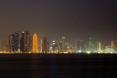 Horizonte de Doha en la noche Foto de archivo libre de regalías