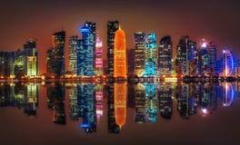Horizonte de Doha en la noche, Qatar foto de archivo libre de regalías