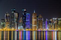 Horizonte de Doha en la noche, Qatar, Oriente Medio Imágenes de archivo libres de regalías