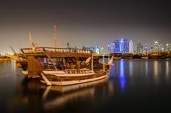 Horizonte de Doha en la noche, Qatar, Oriente Medio Imagen de archivo libre de regalías