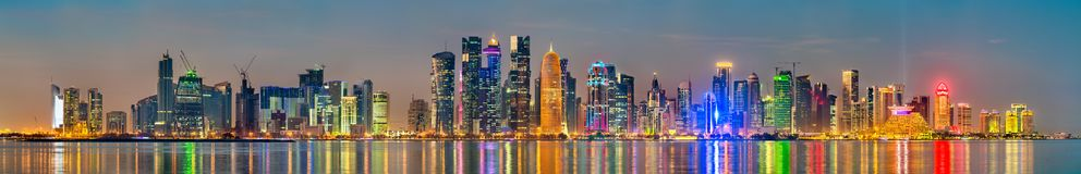Horizonte de Doha en la puesta del sol La capital de Qatar imágenes de archivo libres de regalías