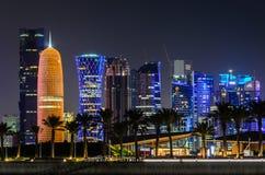 Horizonte de Doha, Qatar en la noche Imagen de archivo libre de regalías