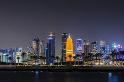 Horizonte de Doha, Qatar en la noche Fotos de archivo