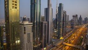Horizonte de Dubai durante puesta del sol con las luces y el tráfico por carretera asombrosos UAE del centro de ciudad almacen de metraje de vídeo