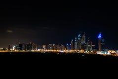 Horizonte de Dubai en la noche Fotos de archivo libres de regalías