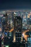 Horizonte de Dubai en la noche Imagen de archivo libre de regalías