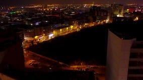 Horizonte de Dubai en la noche con la ciudad hermosa con las luces cerca de ella la carretera más ocupada del ` s Opinión del pue almacen de metraje de vídeo