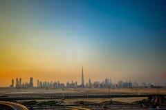 Horizonte de Dubai en la puesta del sol fotografía de archivo libre de regalías