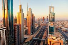 Horizonte de Dubai en la salida del sol Imagen de archivo libre de regalías
