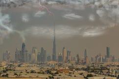 Horizonte de Dubai en la tempestad de arena y las tempestades de truenos con los relámpagos stock de ilustración