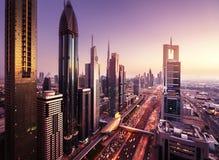 Horizonte de Dubai en tiempo de la puesta del sol Fotos de archivo libres de regalías