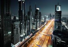 Horizonte de Dubai en tiempo de la puesta del sol Imágenes de archivo libres de regalías