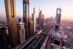 Horizonte de Dubai en tiempo de la puesta del sol Fotos de archivo