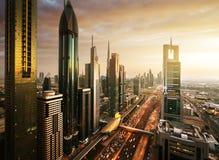 Horizonte de Dubai en tiempo de la puesta del sol Foto de archivo