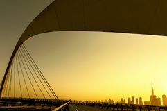 Horizonte de Dubai a través del canal imagen de archivo libre de regalías
