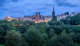 Horizonte de Edimburgo en la noche Foto de archivo
